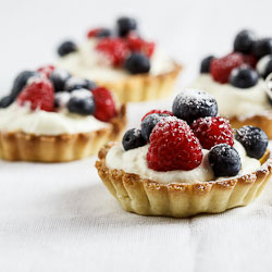 White chocolate tartelettes with fresh berries