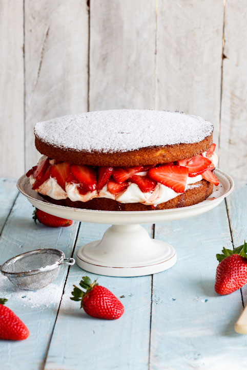 Boozy Strawberry & Cream cake