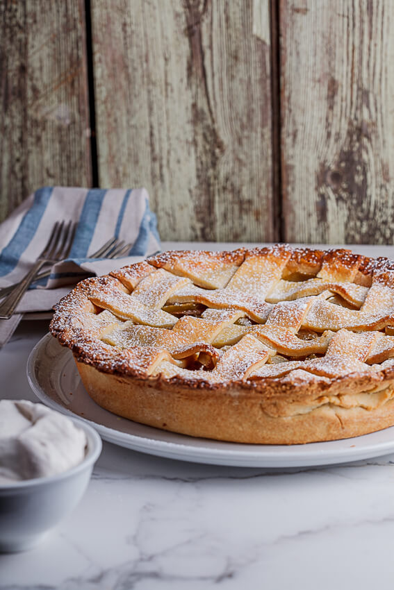 Classic apple pie with cinnamon cream - Simply Delicious