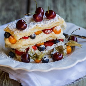 Easy Mille-Feuille with white chocolate cream and berries