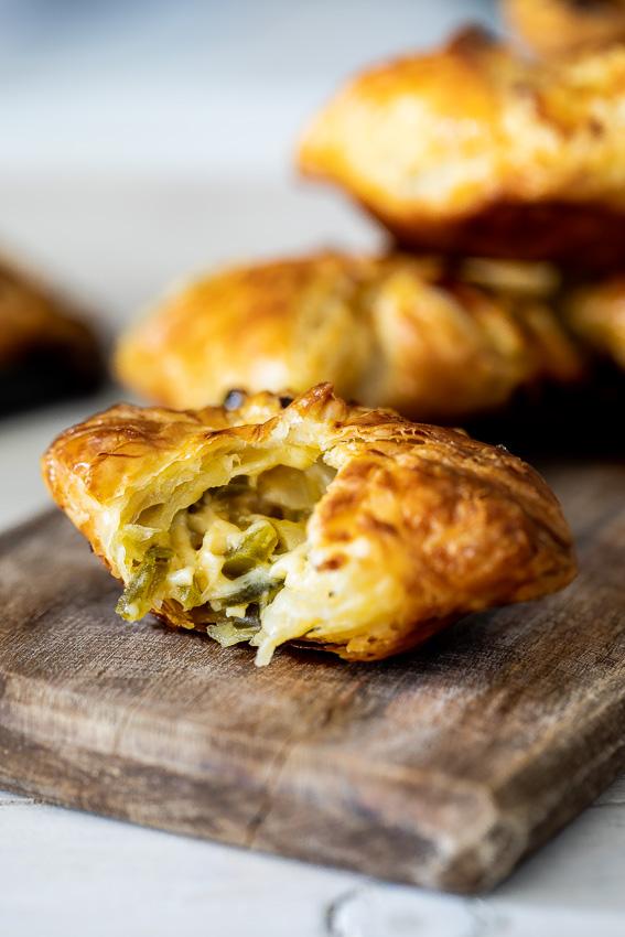 Cheesy puff pastry jalapeño bites