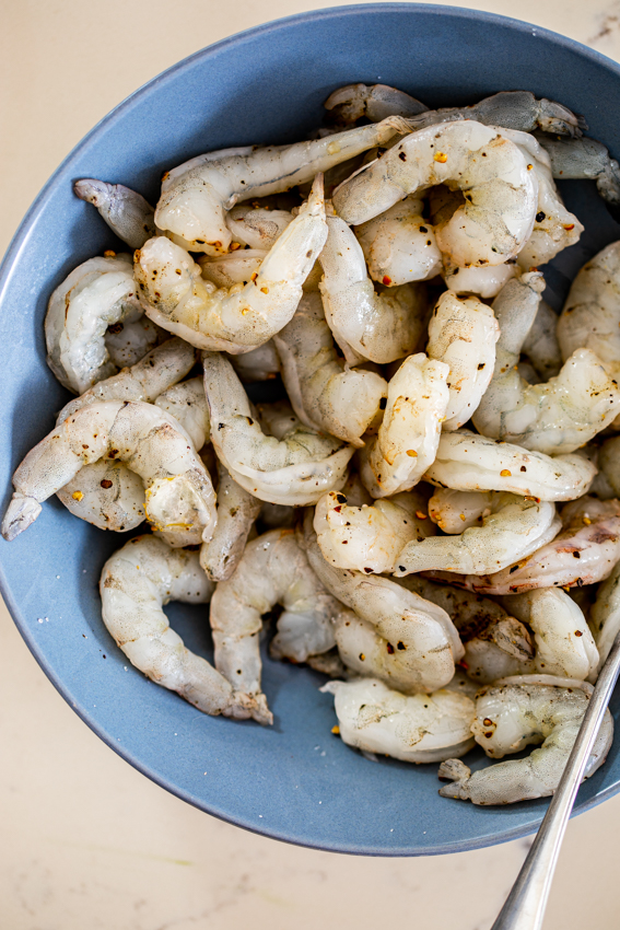 Peeled shrimp seasoned with salt and pepper.